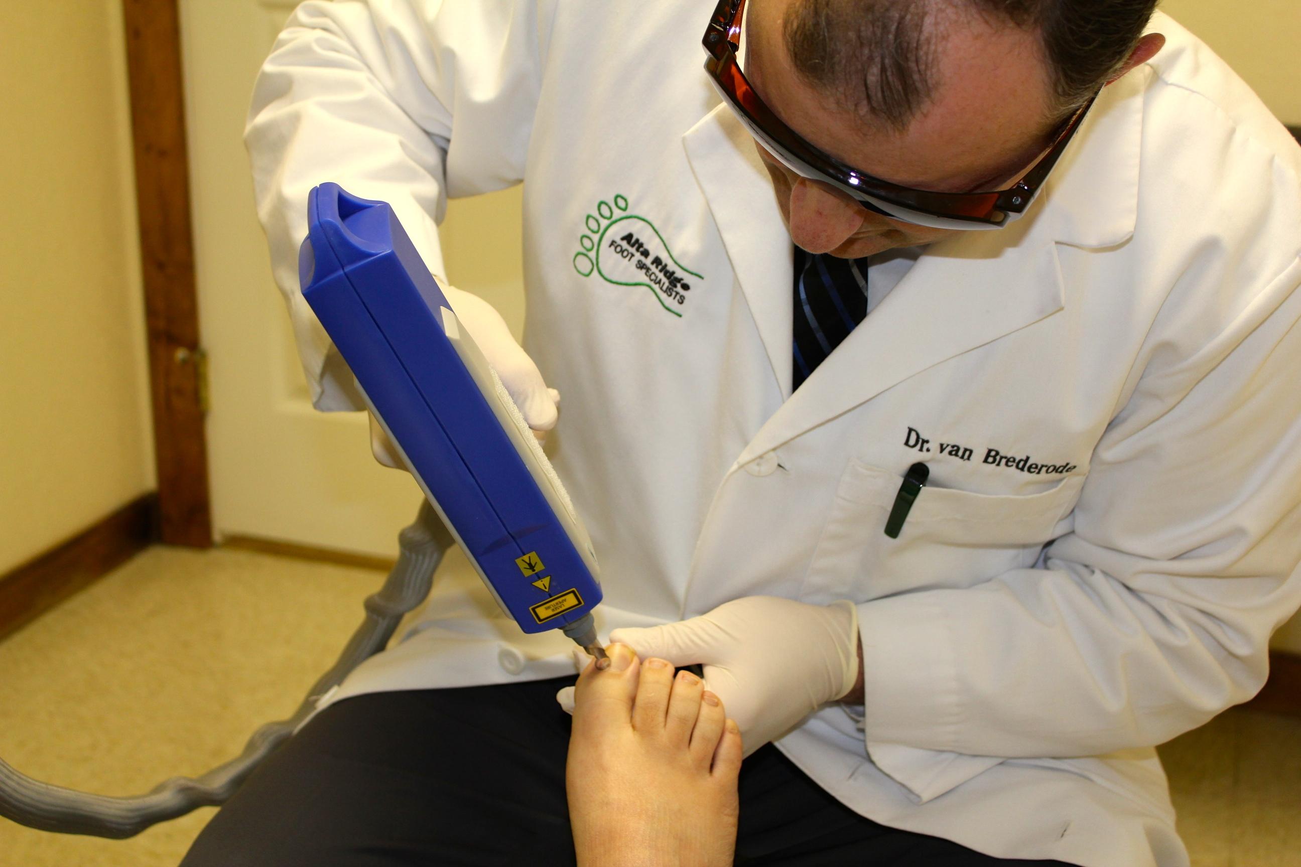dr van brederode performing laser treatment